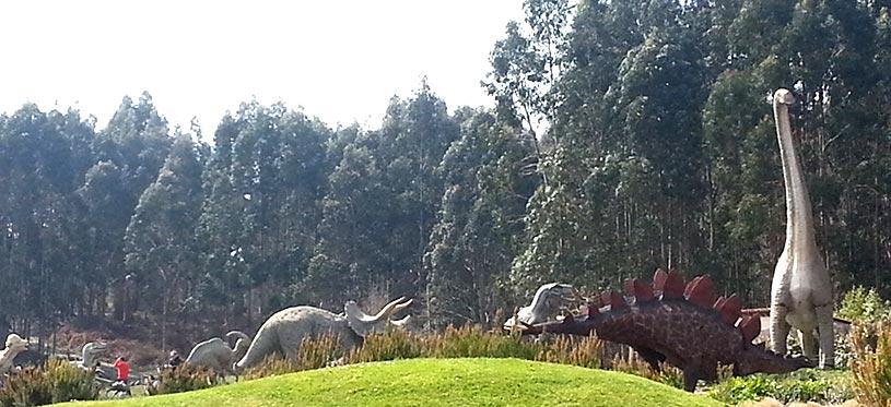 Dinosauros en el exterior del MUJA