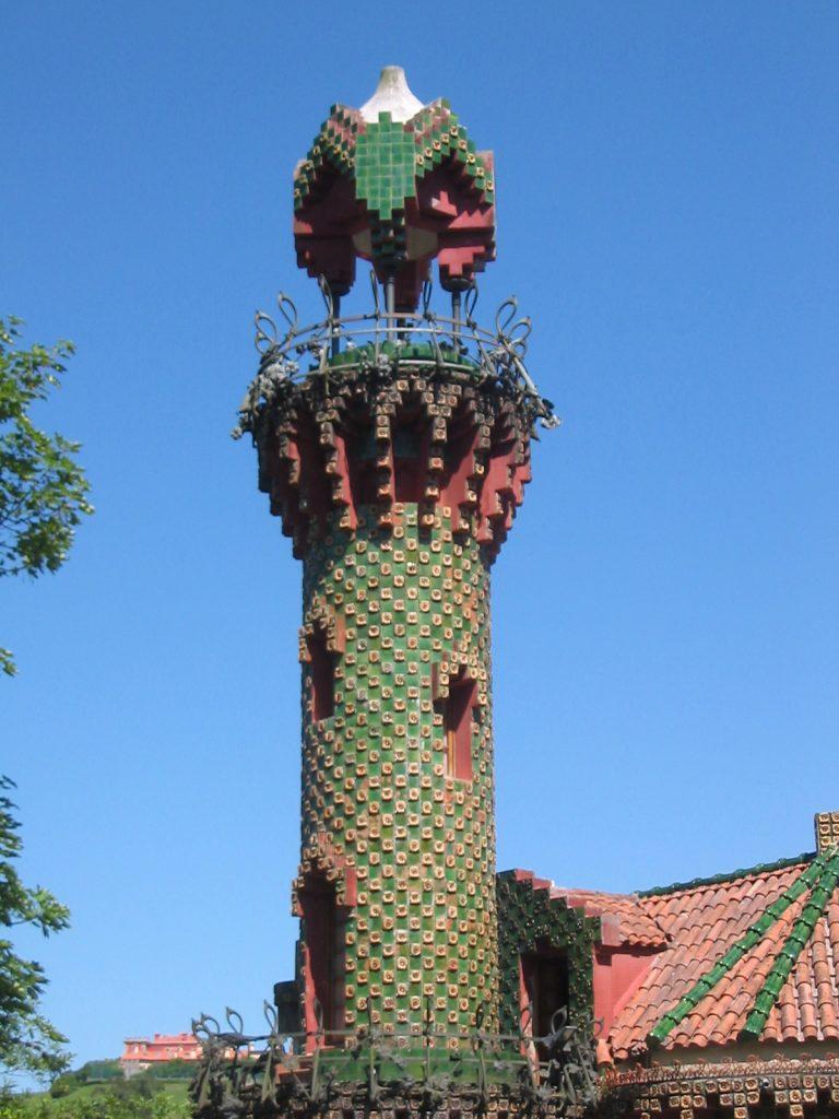 Vista de la Torre del Capricho de Gaudí