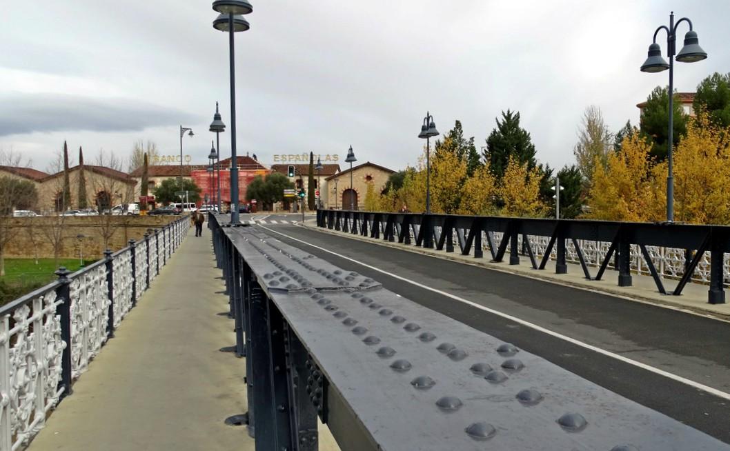El puente de Hierro y al fondo las Bodegas Franco-Españolas de Logroño.