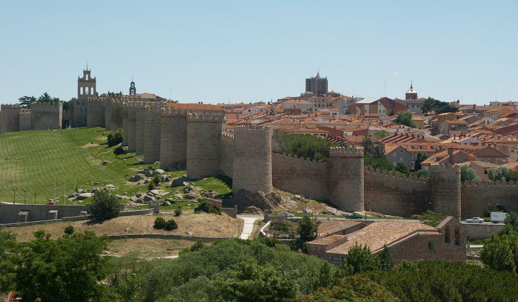 Vista de Ávila y las murallas que la protegen