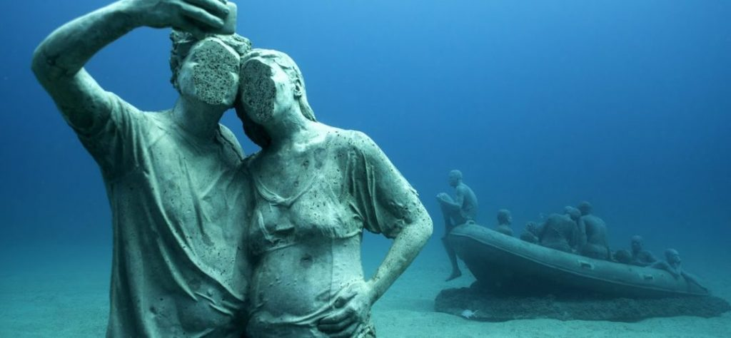 Contenido, una de las esculturas del museo submarino de Lanzarote
