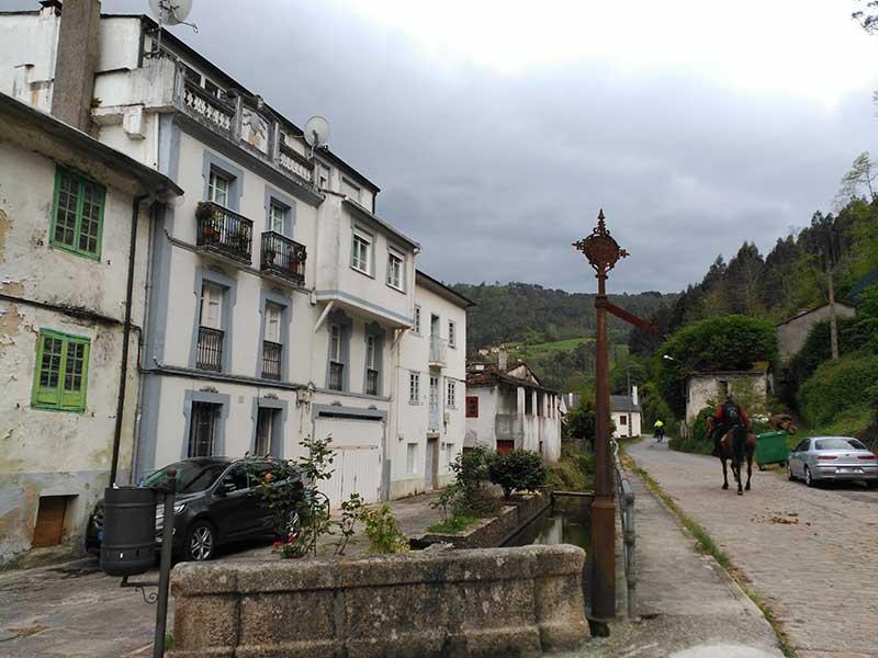 Una de las entradas al barrio de los canales en Mondoñedo.