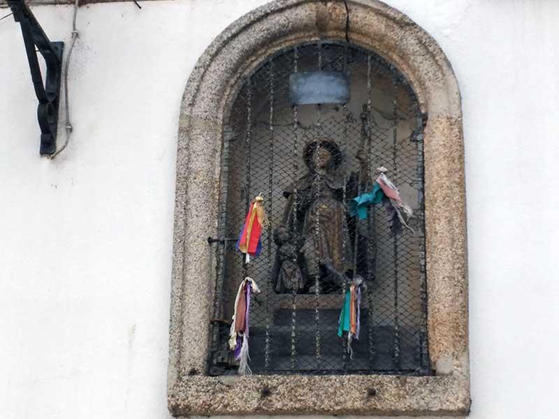 Talla de San Roque en el Consistorio viejo de Mondoñedo.