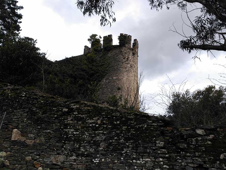 Torre en pie de la fortaleza de Sarria.
