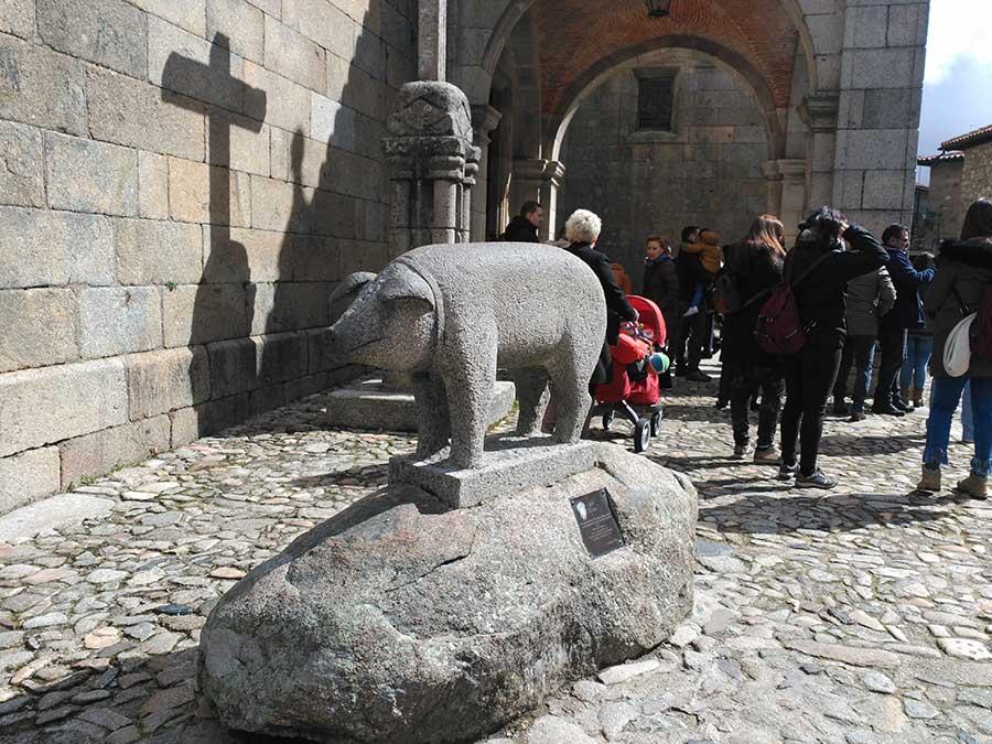 Escultura al marrano de San Antón.