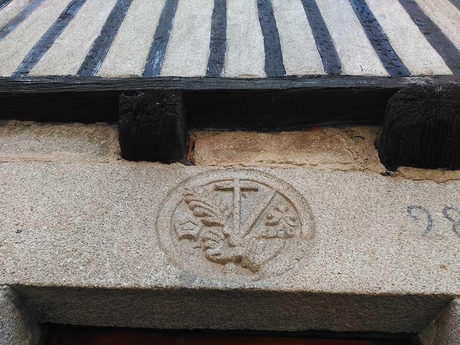 Escudo de la Inquisición en La Alberca.