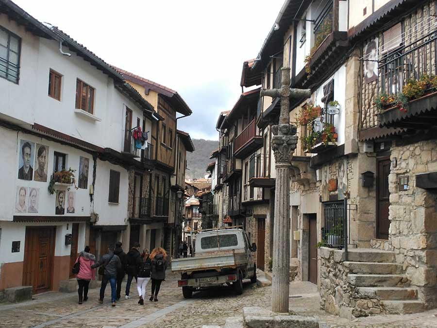 Una vista de las calles de Mogarraz.