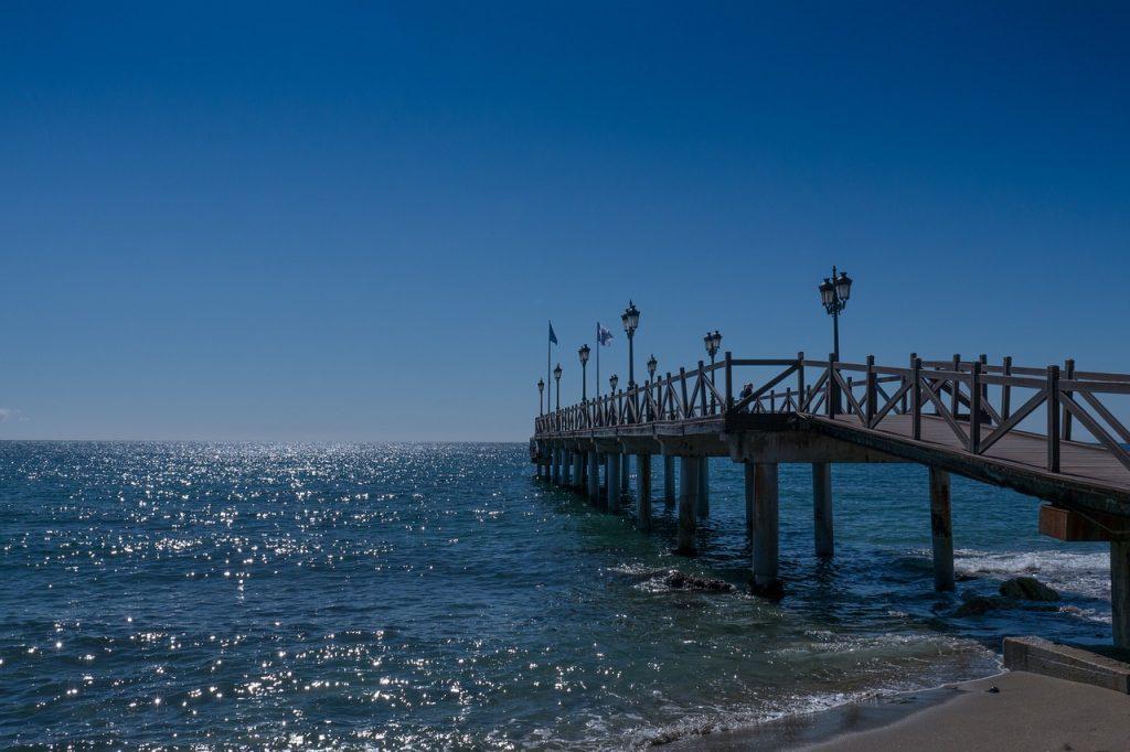 Destinos de playa baratos en España: embarcadero Marbella
