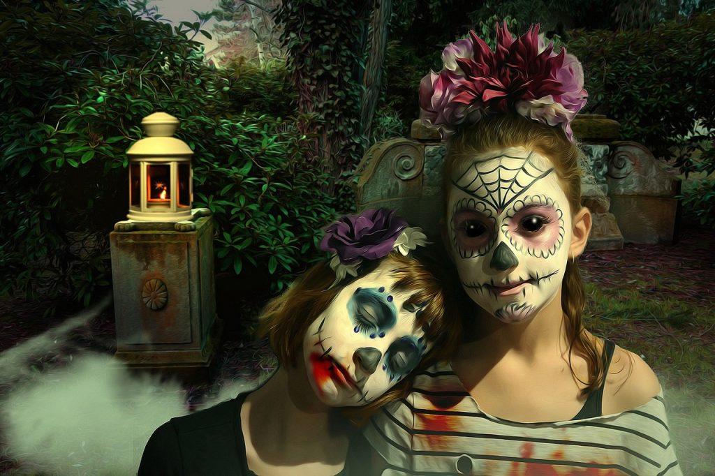 Niños disfrazados en la noche de halloween